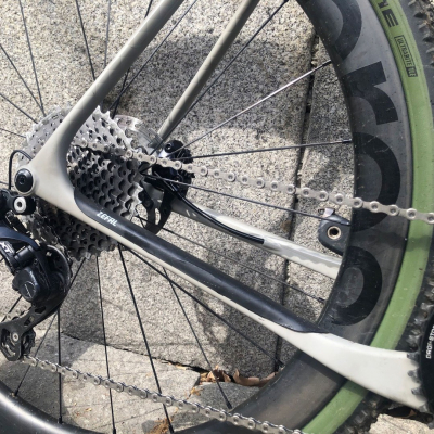 The chainstay of this gravel is now protected from chain slap. And yours? 🤔  #csarmor #zefal #keeponriding #madeinfrance #bike #gravelbike #gravel #cycling #cyclingprotections #cyclisme #bikelife